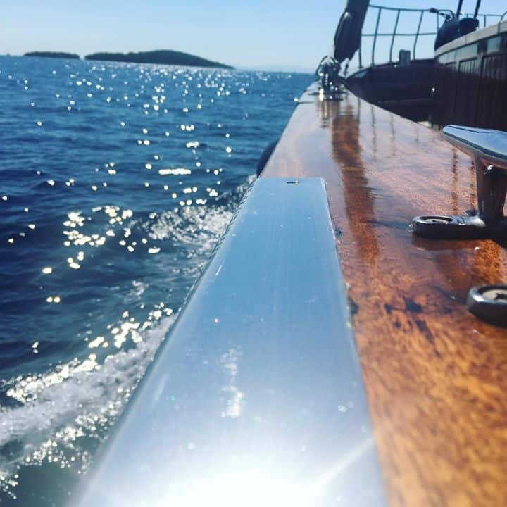 Crispy clear sky on the way to Šolta! #luopan #bluetrips #yachtchartercroatia #guletchartercroatia #boutiqueyachting #sailingcroatia…